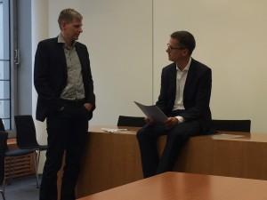Frank Roebers, Vorstandsvorsitzender der SYNAXON AG, spricht mit Dr. Carsten Linnemann zu dem Brief und der darin enthaltenen Bitte des Unternehmens, sich in seinem Sinne stark zu machen.