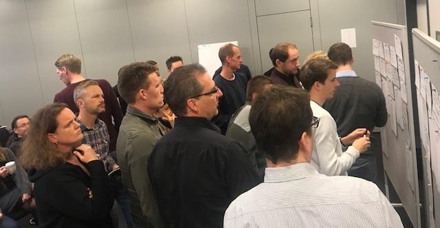 Mitarbeiter der Firma stehen während des Barcamp vor den vorgeschlagen Diskussionsthemen. Foto: SYNAXON.AG