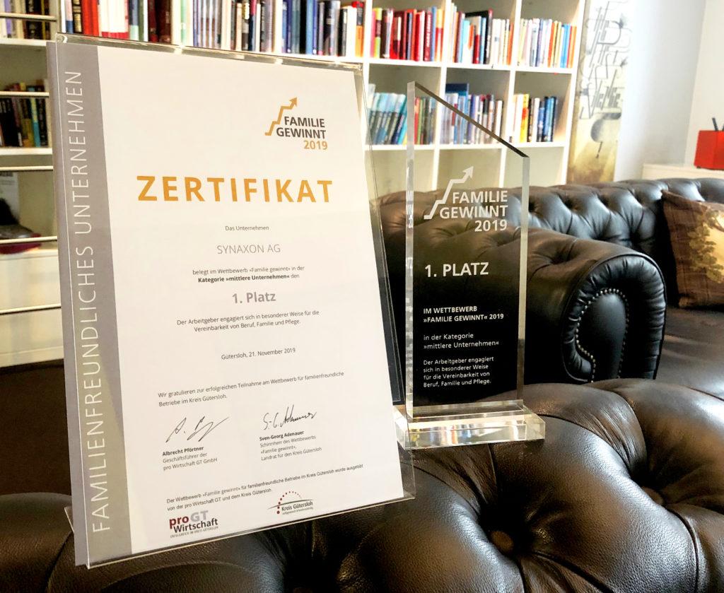 Zertifikat und Preis Familie gewinnt in der Unternehmens-Bibliothek. Bild: SYNAXON AG