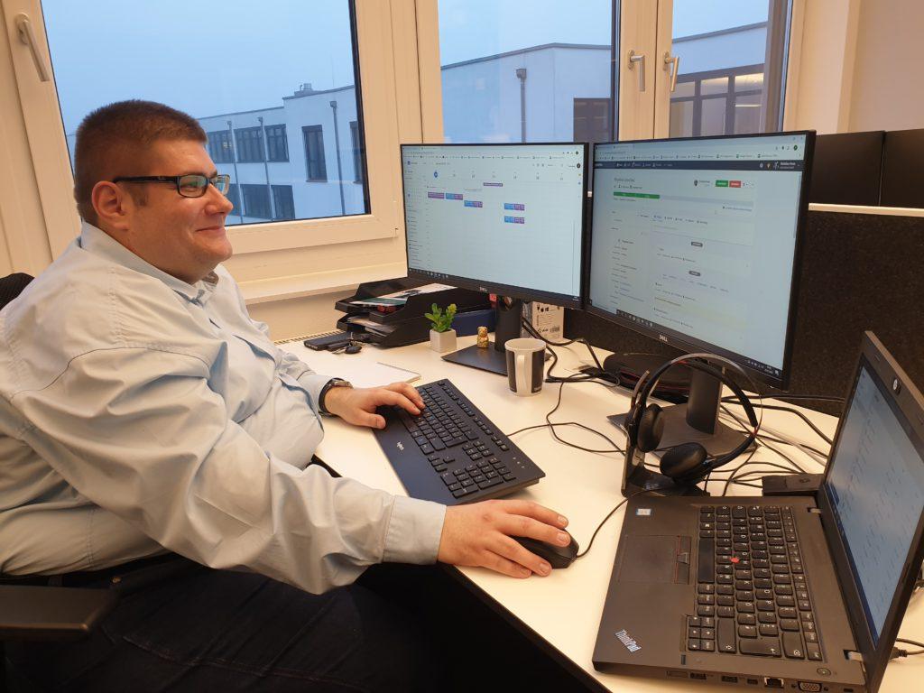 Karriereweg, Christian Frese am Schreibtisch im Büro der SYNAXON AG. Bild: SYNAXON AG