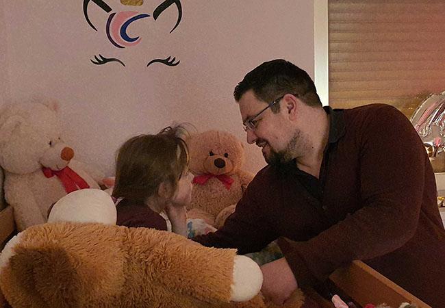 Außergewöhnliche Hobbys: Sebastian Hak erzählt seiner Tochter Olivia abends mit Hingabe Gute-Nacht-Geschichten. Bild: Privat