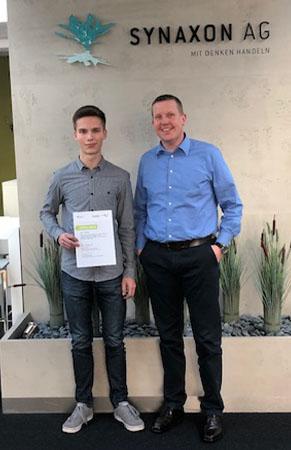 Stipendium für Studenten: Frank Geise von der SYNAXON AG und Jan Lohse. Bild: SYNAXON AG