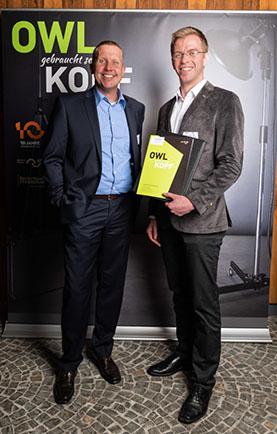 Stipendium für Studenten: Frank Geise von der SYNAXON AG und Lukas Vollenkemper. Bild: SYNAXON AG