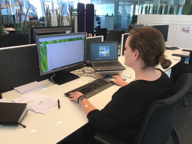 Weibliche Führungskraft Hanne Kaup an ihrem Schreibtisch in der SYNAXON AG. Bild: SYNAXON AG