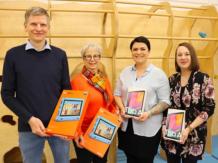 Tablet-Spende durch Frank Roebers an Anette Moriba, Tina Justus und Sarah Westerwalbesloh von der Katholischen Kita Edith Stein. Bild: SYNAXON AG