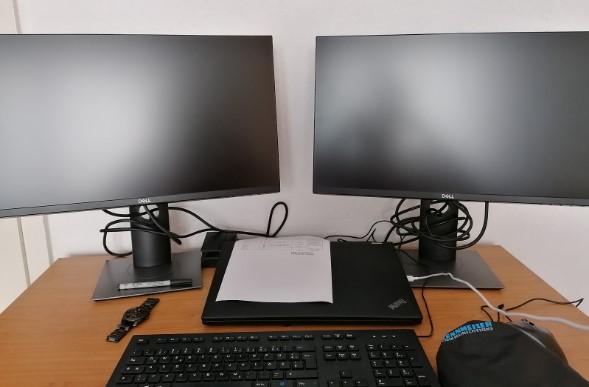 Stipendiat Lukas mit seiner Home-Office-Ausstattung. Bild: SYNAXON AG