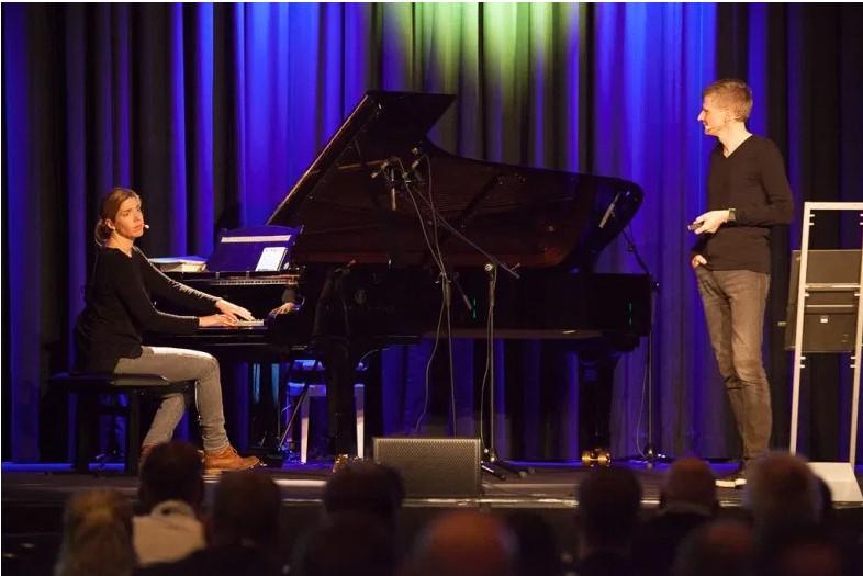 Familienprojekt Mondschein. Eva und Frank auf der Bühne. Bild: SYNAXON AG