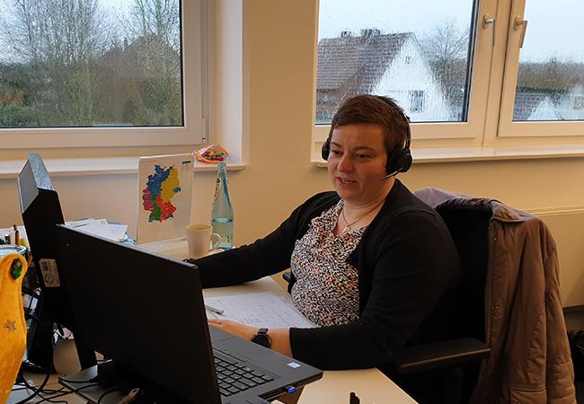Familienprojekt Mondschein: Katrin Kaiser am Schreibtisch. Bild: SYNAXON AG