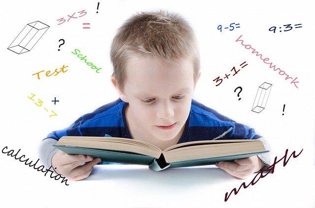 Home Office mit Kindern: Junge sitzt über Schulbuch, Gedanken schwirren herum. Bild: Pixabay