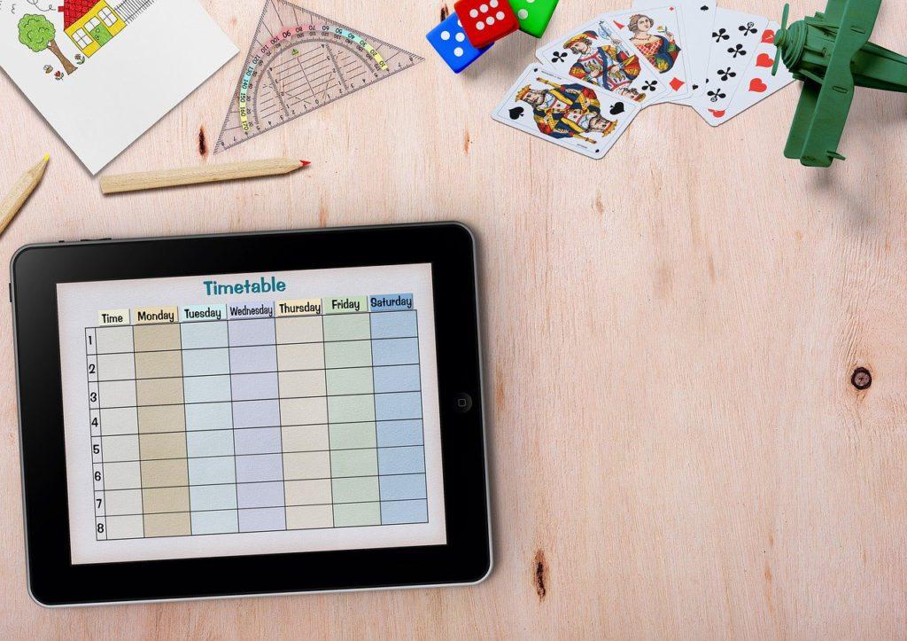 Home Office mit Kindern: Schulutensilien, Stundenplan auf Tablet. Bild. Pixabay