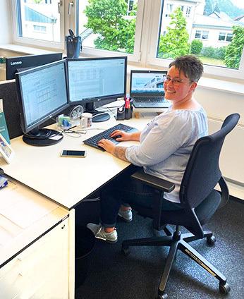 Karriere: Stephanie Gunske am Arbeitsplatz in der SYNAXON. Bild: SYNAXON AG